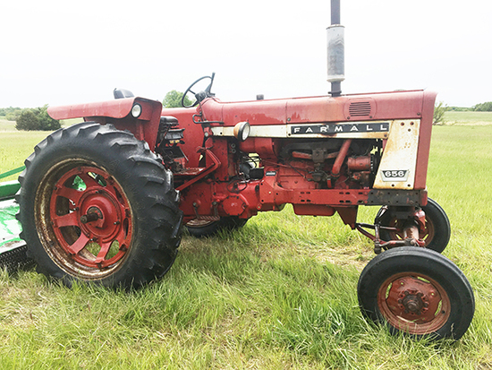 Farmall 656 Gas Tractor, W.F., Flat Top Fenders, 3pt, Rear and Side Hyd. Outlets