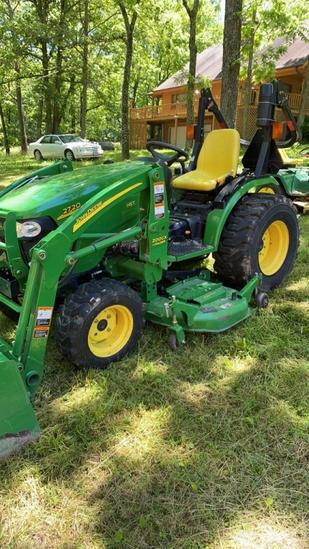 John Deere 2720 Hydrostat tractor. 200CX loader 62D on ramp mower deck