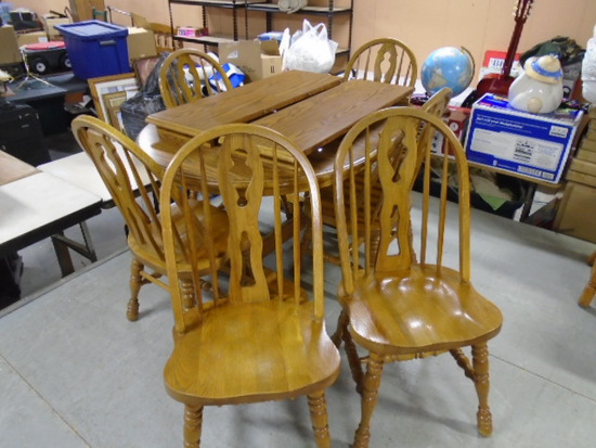 Beautiful Solid Oak Dining Table w/2 Center Leaves and 6 Matching Chairs