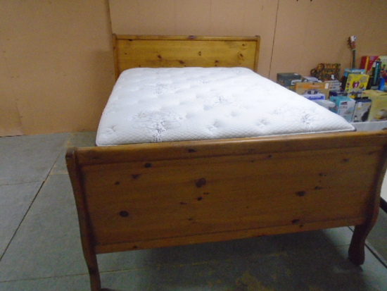 Beautiful Like New Solid Wood Amish Built Queen Size Bed Complete w/ All White Beauty Rest Elite Plu