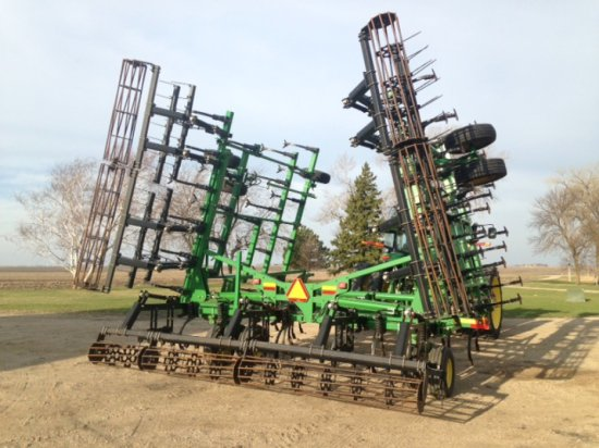 JD 2210L Field Cultivator, 38.5', Walking Tandems on Mainframe and Wings, R