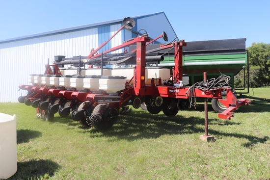 "WHITE 6180 16 ROW 30"" FRONT FOLD BOX PLANTER, DRY FERT. WITH CROSS AUGER,"