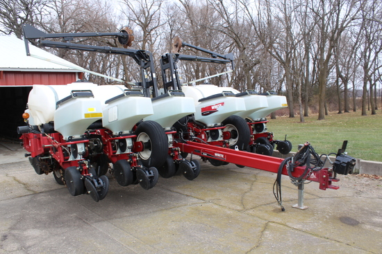 "2005 WHITE 8200 12 ROW 30"" PLANTER, PULL TYPE, FRONT"