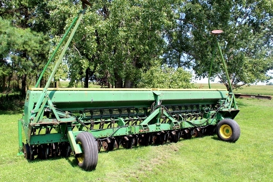 JOHN DEERE 520 MOUNTED DRILL, (2) FRONT GAUGE