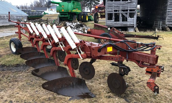 "IH 720 5-18"" AR PLOW, SEMI INT, (5) COULTERS"