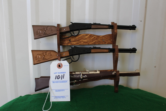 (3) Miniature toy rifles with wooden gun rack