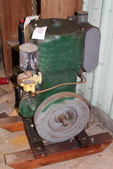 Novo Model SU3-4 Vertical Gas Engine