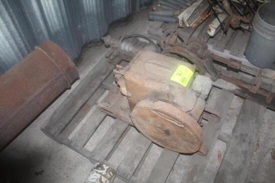 IH 1-1/2 TO 2-1/2 HP HIT & MISS ENGINE, NOT TESTED BUT IT IS LOOSE