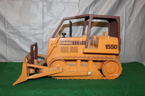 CASE 1550 DOZER W/BLADE; RUBBER TRACKS; COULD USE CLEANING; BOX HAS BEEN CRUSHED