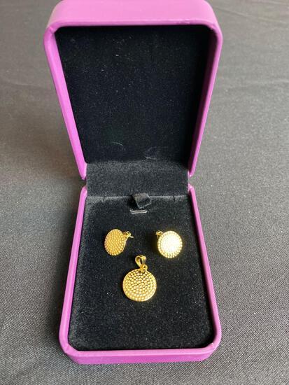 Vivir World Gold Earrings and Gold Pendant
