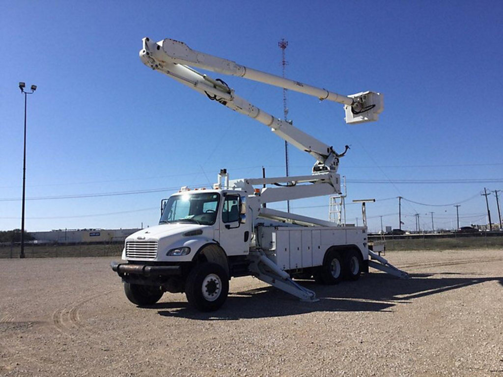 (Fayetteville, NC) Altec AM900-E100, Double-Elevator Bucket Truck rear mounted on 2007 Freightliner