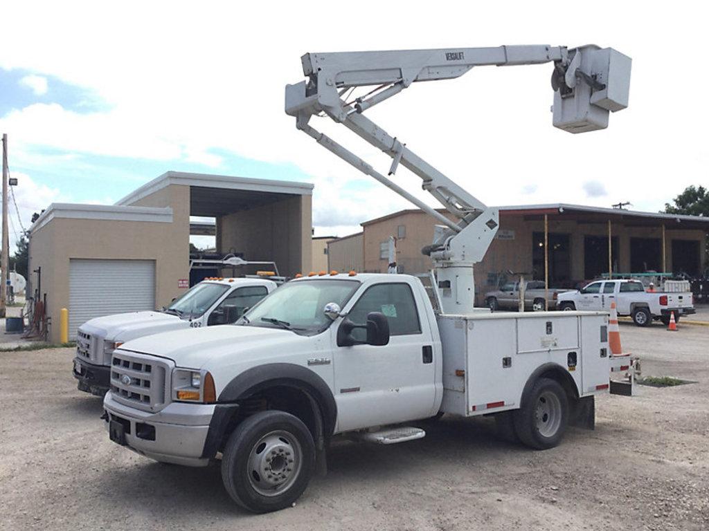 (Brownsville, TX) Versalift SST37EHI, Articulating & Telescopic Bucket Truck center mounted on 2007