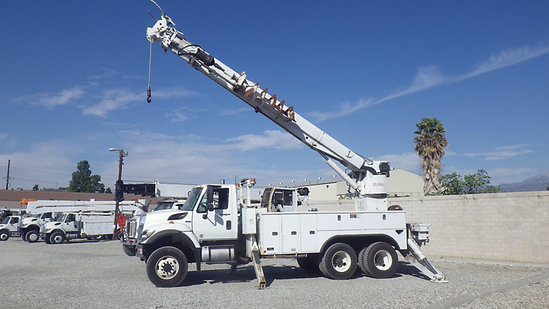 Pomona, CA) Altec D3060-TR, Digger Derrick rear mounted on