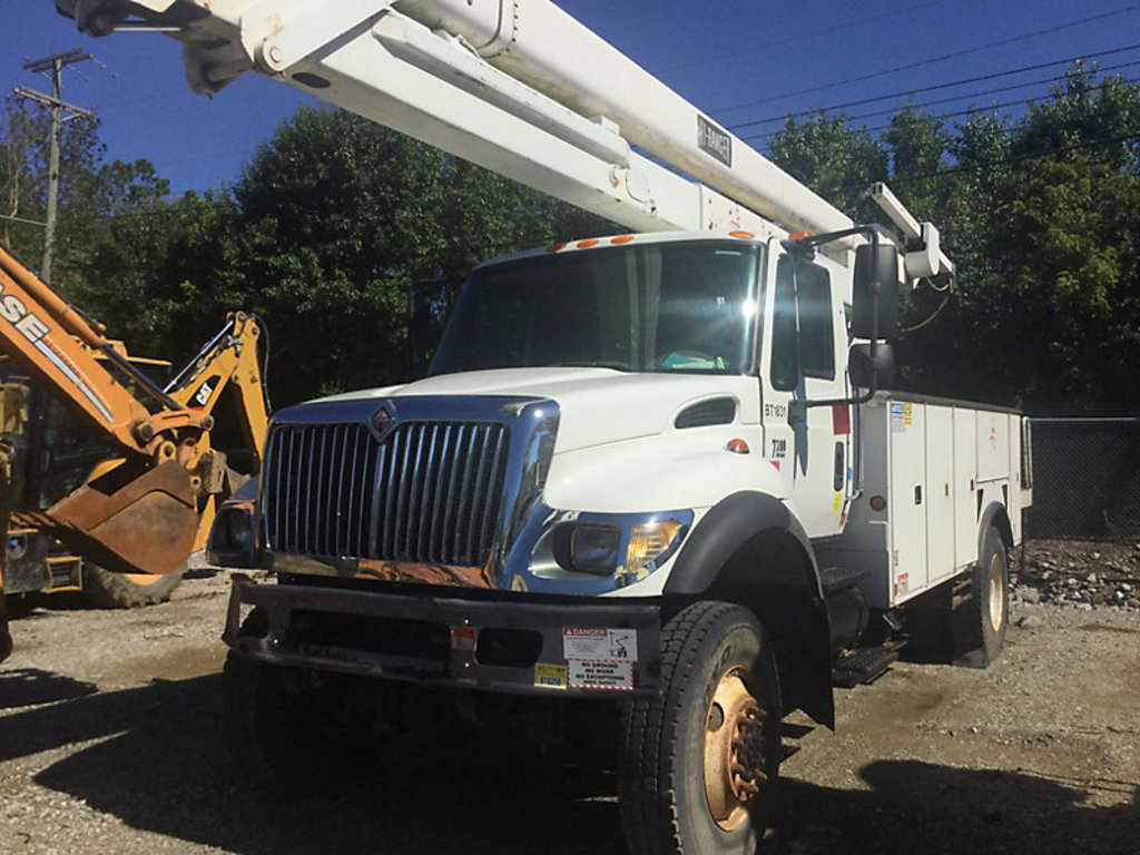 (Westerville, OH) HiRanger 5TC-55MH, Material Handling Bucket Truck rear mounted on 2006 Internation