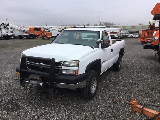 2006 Chevrolet K2500HD 4x4 Pickup Truck engine starts and runs with a jump, drive train operates. Pe
