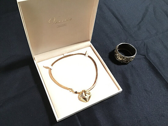 Necklace | bracelet (Used ) NOTE: This unit is being sold AS IS/WHERE IS via Timed Auction and is lo
