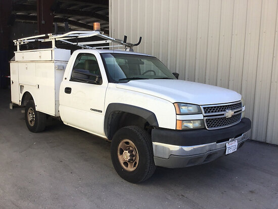2005 Chevrolet K2500HD Service Truck Runs and drives, check engine light on, bad battery, needs engi