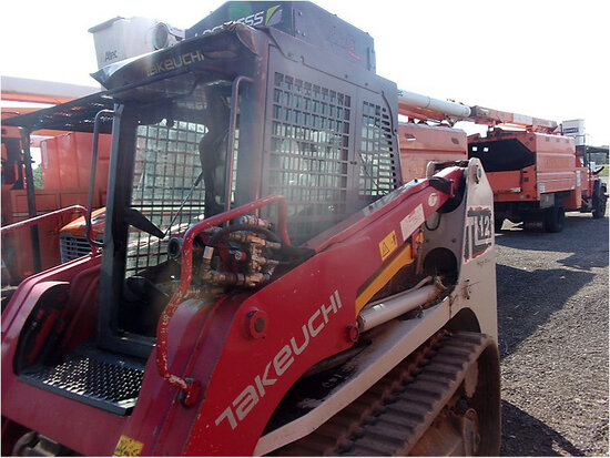 2014 Takeuchi TL12 Crawler Skid Steer Loader, Sold with Lot 84477 runs, moves slow blows oil out of