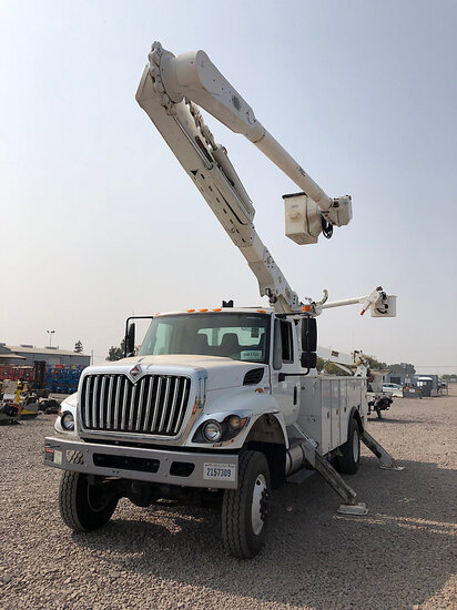 Altec AM55-MH, Over-Center Material Handling Bucket Truck rear mounted on 2014 International 7300 4x