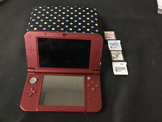 Nintendo 3DS xl with case and 4 games   no plugs (Used ) NOTE: This unit is being sold AS IS/WHERE I