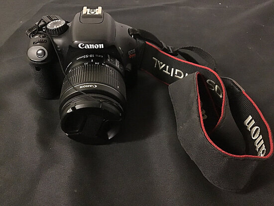 Canon eos rebel T2i digital camera   has battery   no charger or plugs (Used ) NOTE: This unit is be