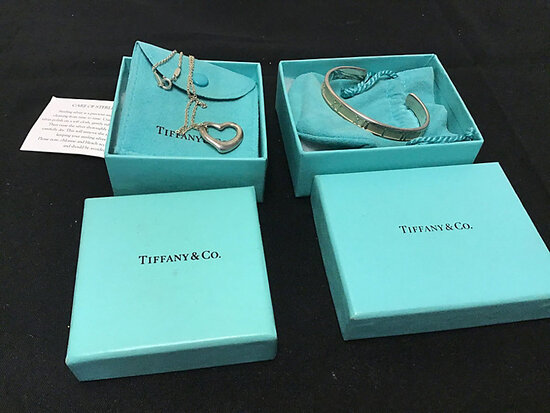 Necklace   bracelet (Used) NOTE: This unit is being sold AS IS/WHERE IS via Timed Auction and is loc