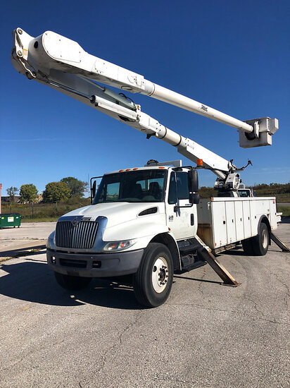 Altec AM900, Bucket Truck rear mounted on 2003 International 4400 Utility Truck Starts (with jump),