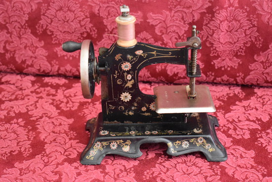 ANTIQUE TOY SEWING MACHINE!
