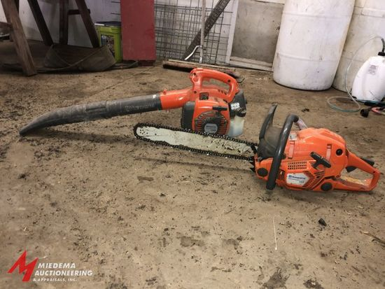 HUSQVARNA AUTO TUNE, MODEL 555, GAS POWERED CHAINSAW WITH 20'' BAR, ENGINE PULLS THROUGH AND HAS COM