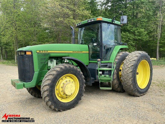 1995 JOHN DEERE 8200 TRACTOR, MFWD, 3-POINT, WITH QUICK HITCH, PTO, 4-REMOTES, POWER SHIFT, 18.4R42