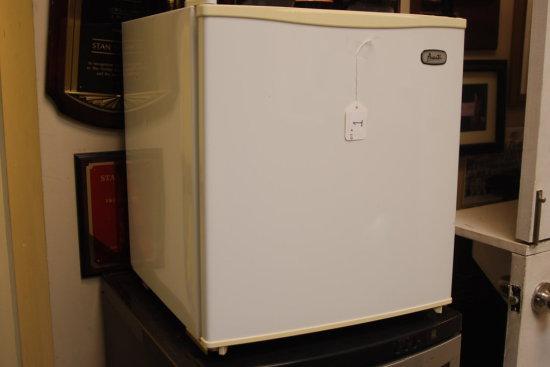 "Avanti white mini fridge 20""h"