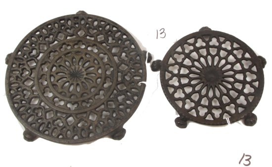 (2) Round Trivets: Griswold Old Lace; Lg; Pn 1739 & Unmrkd Small Round Lace