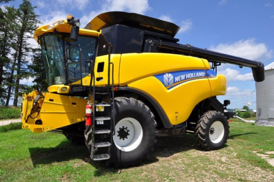 '13 New Holland CR6090 2wd combine