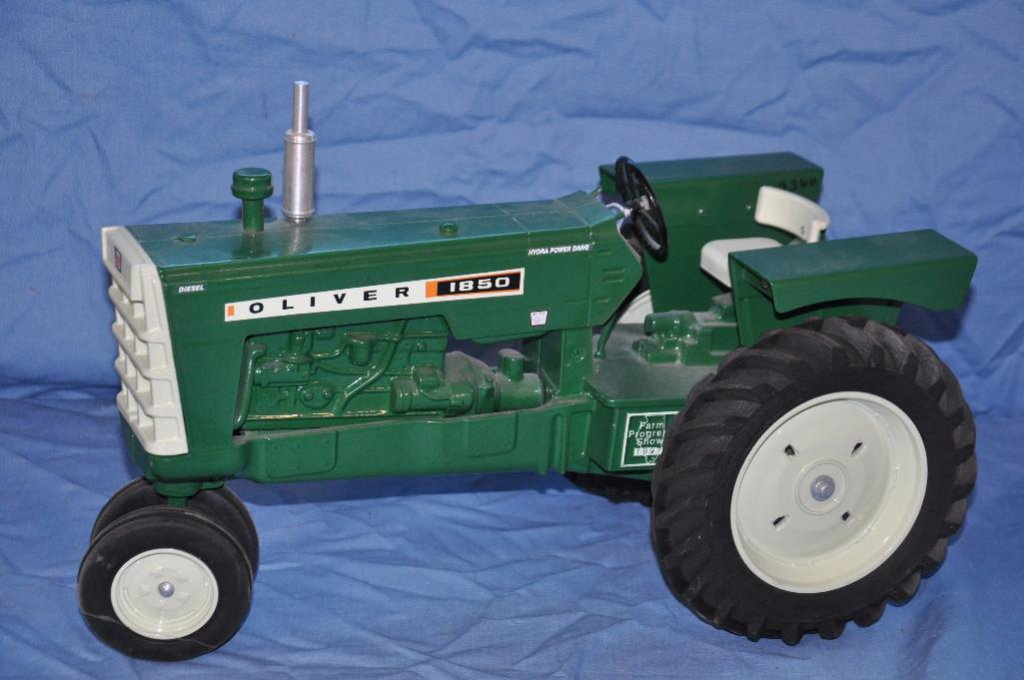 Scales Models 1/8 Scale Oliver 1850 Tractor
