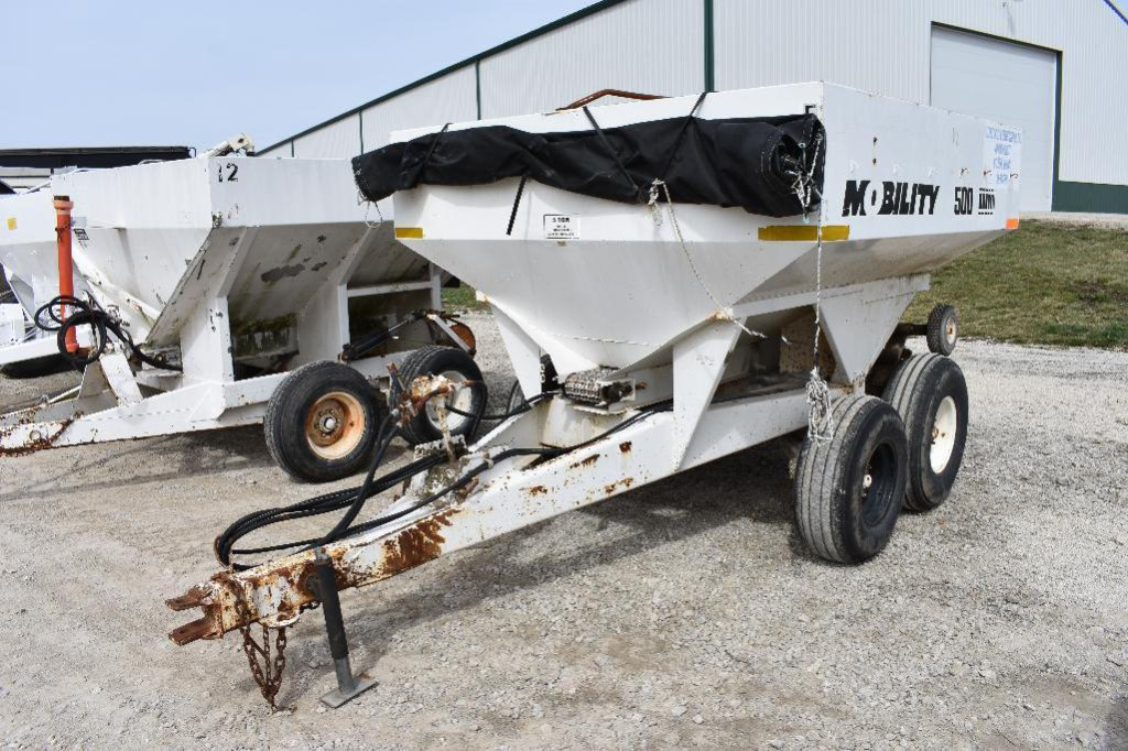 Mobility 500 pull-type dry spreader