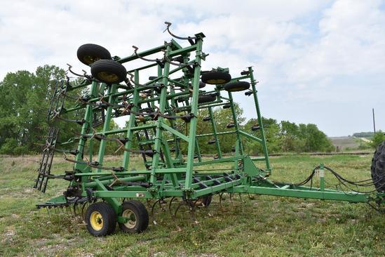 JD 980 44 1/2' field cultivator
