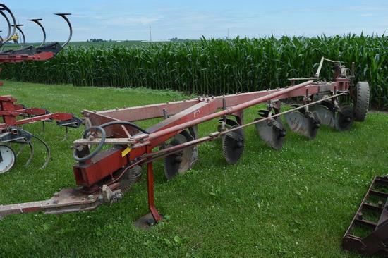 IH 710 6-bottom plow