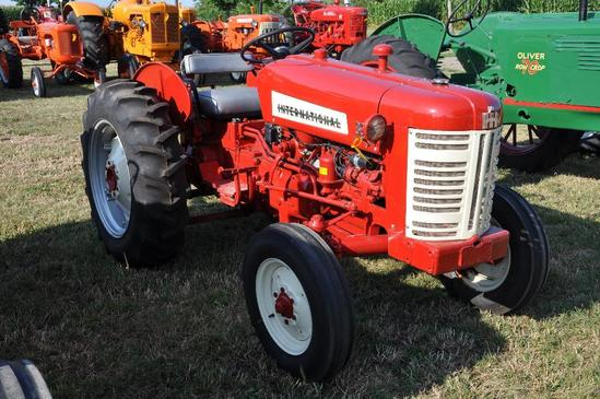 IH 330 utility tractor