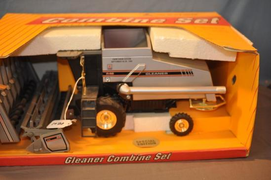 SCALE MODELS 1/16TH SCALE GLEANER R-62 COMBINE, 1995 FARM SHOW