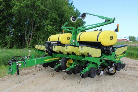 """John Deere 1760 12R30"""" planter"""