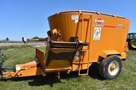Kuhn Knight 5144 Vertical Maxx mixer feed wagon