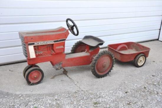 Vintage IH pedal tractor w/wagon- nice original