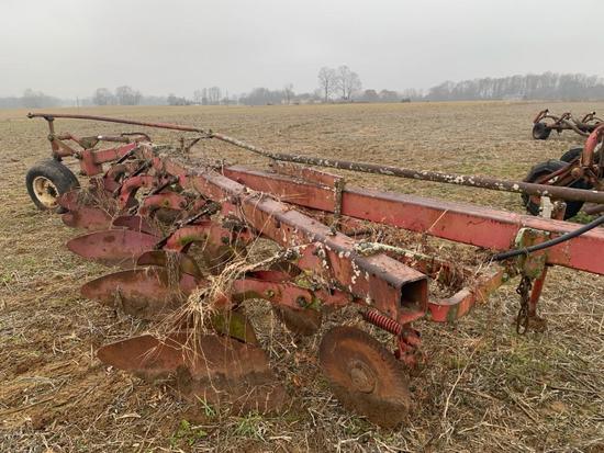 MF 880 5-bottom plow