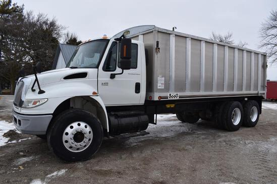 2005 International 4400 tandem grain truck