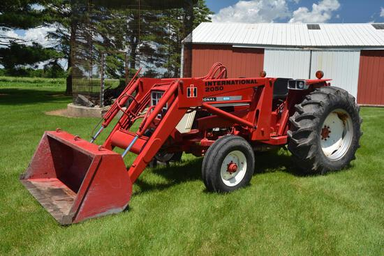 1975 International 574 2wd gas tractor