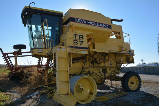 1995 New Holland TR87 2wd combine