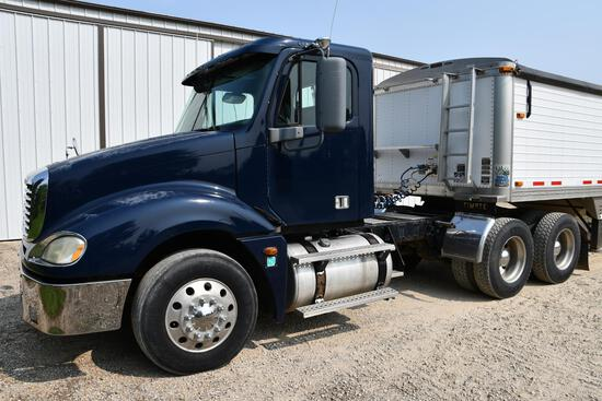2005 Freightliner Columbia 120 day cab semi