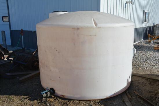 1,550 gal. flat bottom poly tank