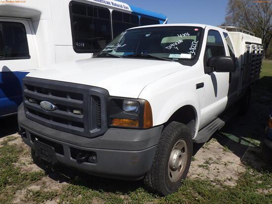 3-08212 (Trucks-Specialized)  Seller: Gov-Hernando County Sheriff-s 2006 FORD F2