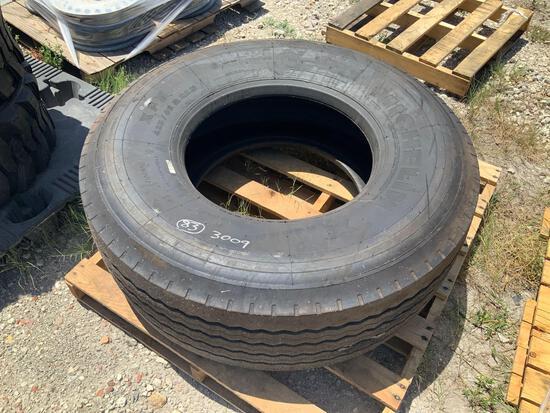 One Michelin 425/65R22.5 Tire